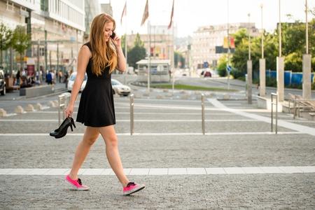 Tiener walking down straat
