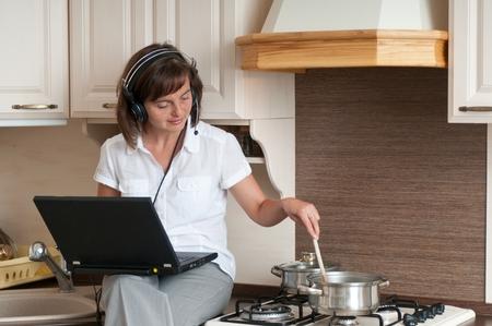 trabajando en casa: Cocinar y trabajar desde casa