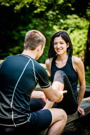 masaje deportivo: Masaje después del entrenamiento deportivo Foto de archivo