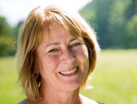 Retrato sonriente mujer madura al aire libre Foto de archivo - 37152782