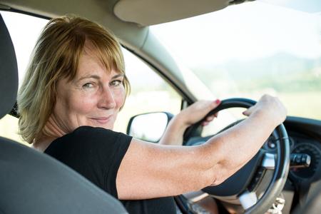 Portret van senior vrouw in de auto