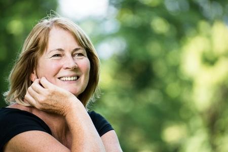 Lachende volwassen vrouw outdoor portret Stockfoto