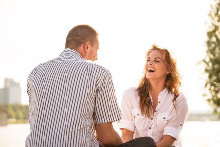 dos personas hablando: Pareja sensaci�n bien juntos