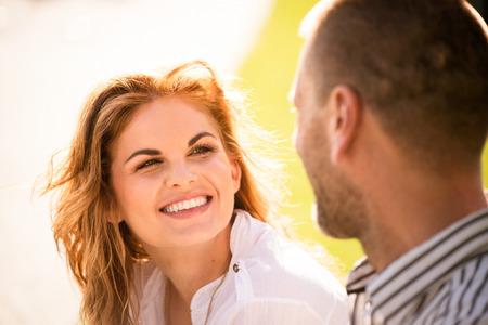 dos personas hablando: Pareja sensación bien juntos