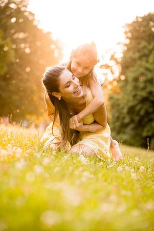 Moeder en kind in de natuur Stockfoto