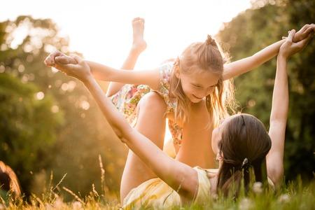 Moeder en kind spelen Stockfoto