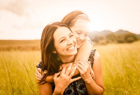 kinderen: Moeder en kind knuffelen