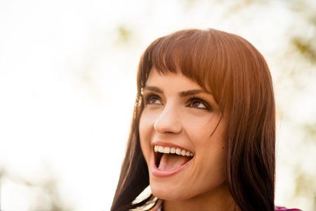 femme bouche ouverte: Ouvrez la bouche - portrait de femme
