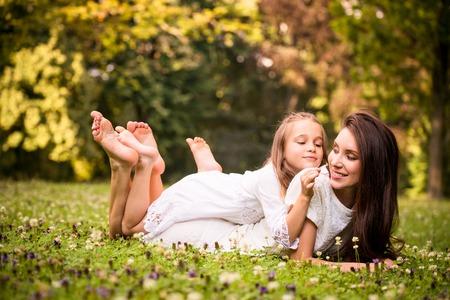 piedi nudi di bambine: Madre e bambino in natura