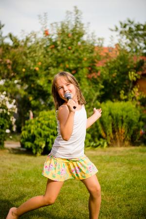 niño cantando: El canto es mi alegría Foto de archivo