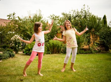 niños bailando: Niñez feliz - niños bailando