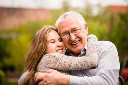祖父と孫の抱擁