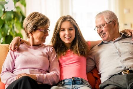Kleinkind met grootouders thuis