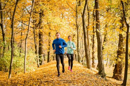 hombre flaco: Jogging pareja - hombre y una mujer jóvenes que compiten, el hombre primero Foto de archivo