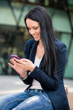 beautifull woman: Young beautifull woman with smartphone - outdoor lifestyle portrait