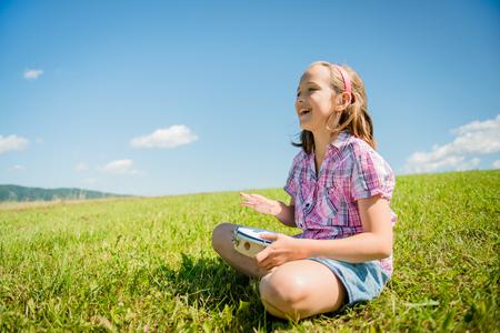 pandero: Linda chica adolescente que tocan la pandereta y canto - al aire libre en la naturaleza