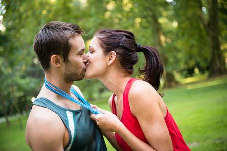 ropa deportiva: Joven pareja feliz de la aptitud