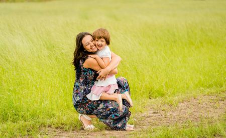 mama e hija: La madre y el niño están abrazando y abrazando al aire libre en la naturaleza