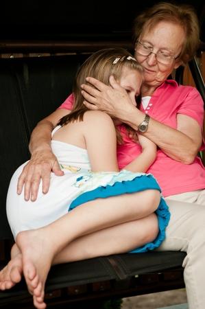 personas abrazadas: Muchacha preocupante - abuelos reconfortante su nieto