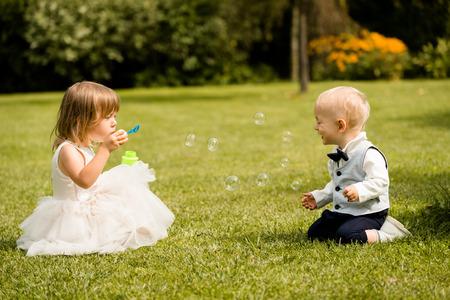Kinderen spelen met bubbels in de zomer park
