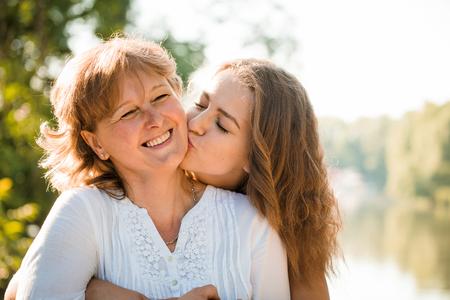madre e hija adolescente: Feliz junto - madre e hija adolescente al aire libre Foto de archivo