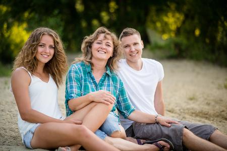 Familys Tag. Betrachtet man die Kamera und lächelt.
