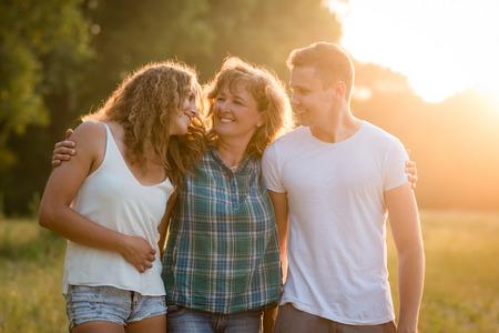 Família caucasiano ao ar livre, gastando o tempo da qualidade junto.