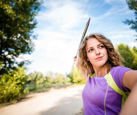 lanzamiento de jabalina: Foco - mujer joven que lanza una jabalina