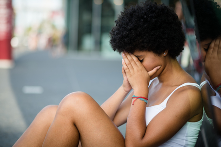 Triest tienermeisje in een stedelijke scène