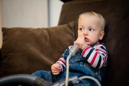 아기가 스스로 점액 흡인을하고있다.