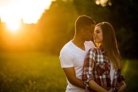 Pareja en la naturaleza - joven pareja en la fecha