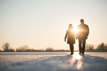 Pareja, ambulante, por, congelado, lago, sol, conjuntos Foto de archivo - 85407909