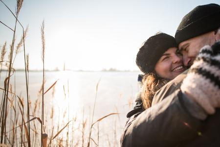 Sorrindo, par abraçando, em, inverno, floresta Foto de archivo - 93247836
