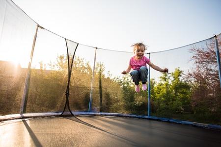Niño sin miedo saltando alto en el trampolín