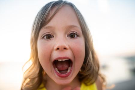 Schattige jongen met wijd open mond, close-up. Stockfoto