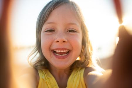 Bambina sorridente che fissa la telecamera