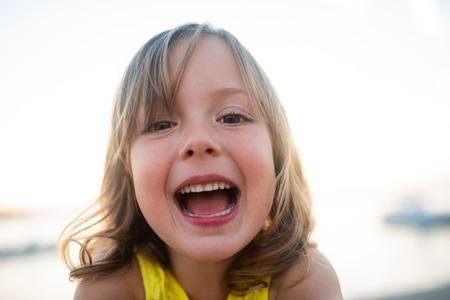 Closeup retrato de una linda niña
