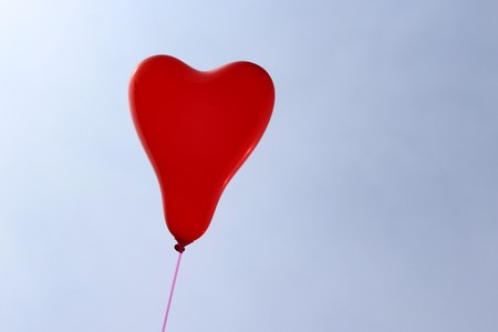red heart balloon in front of the blue sky Banque d'images - 123008516