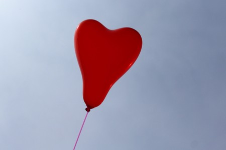 red heart balloon in front of the blue sky Banque d'images - 123008506