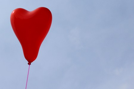 red heart balloon in front of the blue sky Banque d'images - 123008513