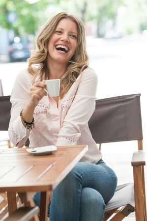 mujer tomando cafe: Hermosa mujer bebiendo café