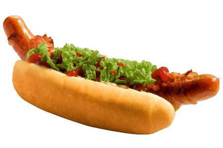 perro comiendo: Un sabroso tocino hot-dog con salsa de tomate