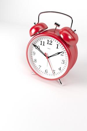 despertador: Un cl�sico reloj de alarma rojo sobre fondo blanco Foto de archivo