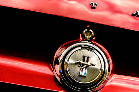 60 s: 1960 Ford Mustang rojo Editorial