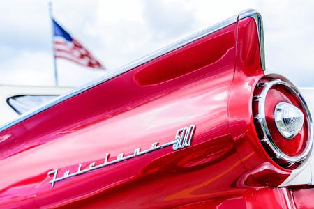 1950 s rojo y blanco de la luz trasera Ford Fairlane Editorial