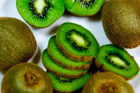 sliced green ripe kiwi ready to eat Imagens - 31028537