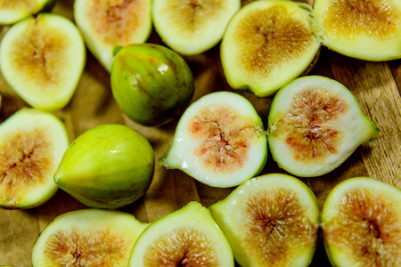 sliced green ripe figs ready to eat Imagens - 31028577