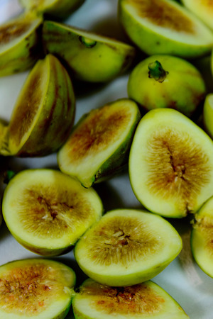 sliced green ripe figs ready to eat Imagens - 31028587