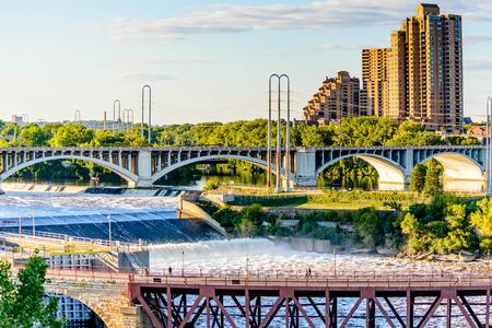 Minneapolis, MN, rivier en brug in de buurt van het centrum