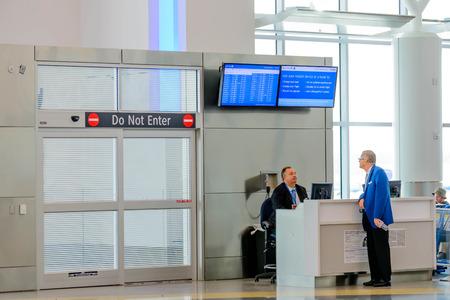 ヒューストン インター コンチネンタル エアポート IAH ヒューストン、テキサス州、アメリカ合衆国 - 旅客搭乗ゲート モダンな空港で、航空会社の 報道画像